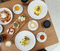 Ngopi Sambil Makan Egg Benedict Bisa Dilakukan di 5 Tempat Ini