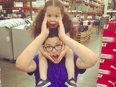 Eh, ada yang happy nih digendong kakaknya di pundak. Hi-hi-hi. (Foto: instagram/@sinacolbert)