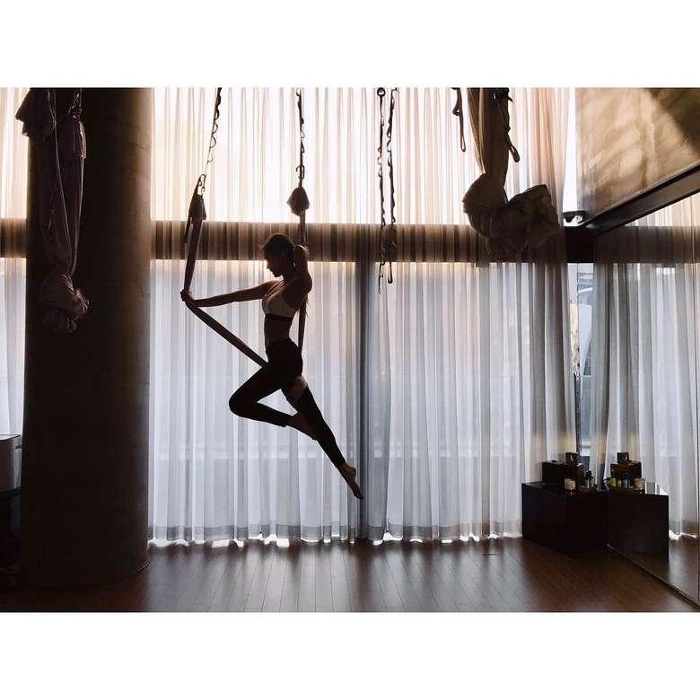 Salah satu anggota girl band Korea BLACKPINK, Jennie senang melakukan acroyoga untuk membentuk tubuhnya tetap indah. Foto: Instagram/blackpinkofficial