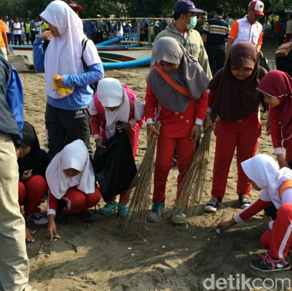 Pelajar Keroyokan Pungut Sampah di Pantai Pangandaran