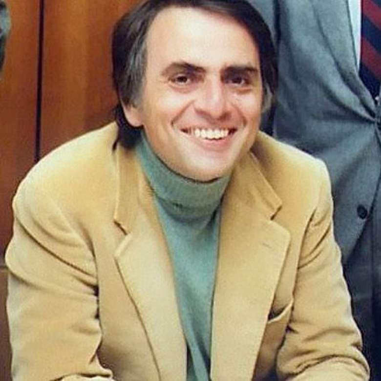 Bagi pecinta ilmu pengetahuan alam semesta, nama yang satu ini sudah tidak asing lagi. Ia adalah ahli antariksa asal Amerika Serikat yang menerbitkan salah satu buku paling laris di dunia berjudul Cosmos tahun 1980. Carl Sagan meninggal tahun 1996. Foto: instagram/carlsagan__