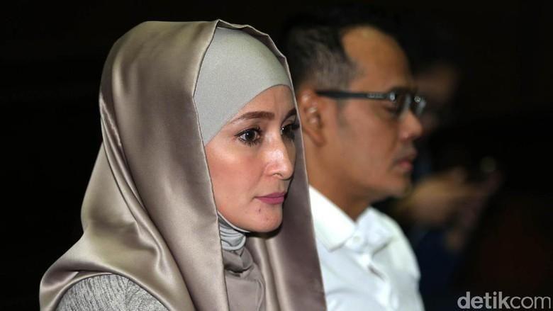 Momen Inneke Koesherawati Dampingi Fahmi yang Kini Diamankan KPK