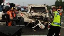 Mobil Boks Tabrak Pikap di Tol Halim, Sopir Terjepit