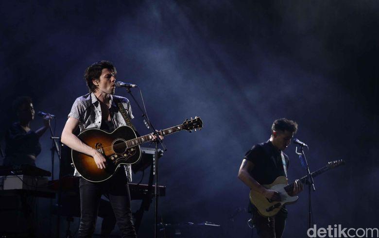 Lagu Wild Love dan Us yang dibawakan James Bay membuat suasana romantis semakin terbangun di panggung. Foto: Pradita Utama