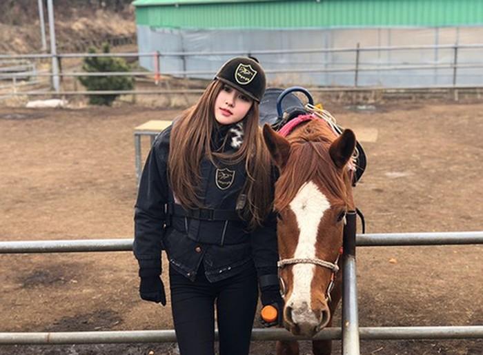 Nah, olahraga kegemaran Rose yang lain yaitu berkuda. Foto: Instagram/blackpinkofficial