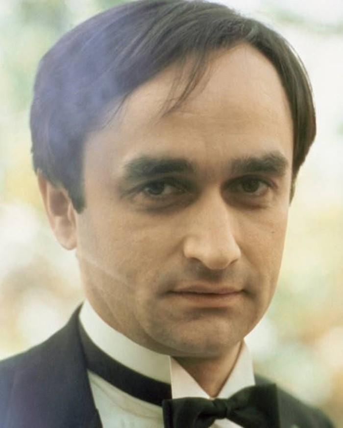 John Holland Cazzale adalah seorang aktor asal Amerika Serikat yang pernah bermain di seri film terkenal The Godfather. John Cazale meninggal pada tahun 1978. Foto: instagram/thegodfather_elpadrino