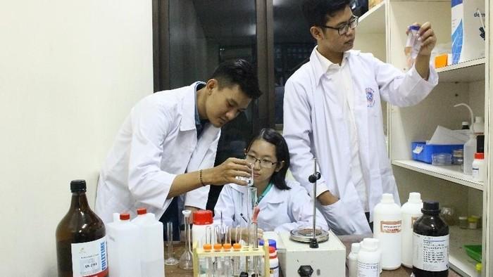 Tiga mahasiswa menciptakan alternatif pendeteksi kanker dari pasir besi (Foto: pribadi)