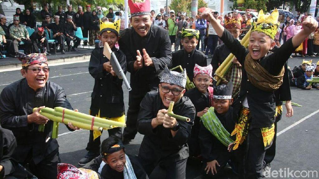 Keceriaan Bupati Anas dan Ribuan Anak SD Bermain Alat Tradisional