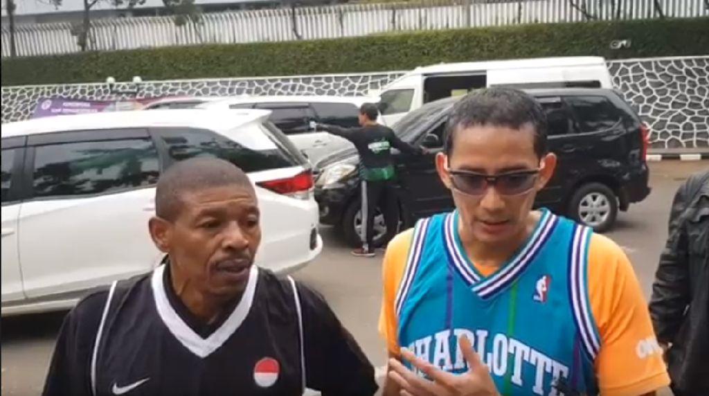 Sandi Main Basket Bareng Mantan Pemain NBA Muggsy Bogues