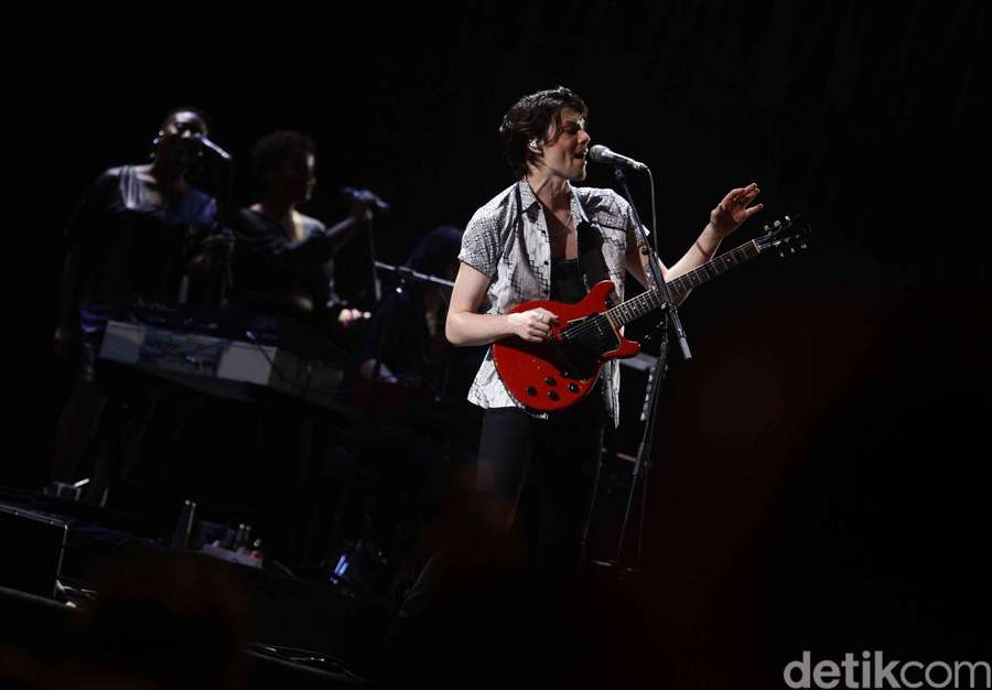 Aksi Romantis James Bay Berbatik di We The Fest 2018