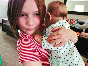 Kira-kira apa yang ada di ekspresi si kakak ketika menggendong adiknya? (Foto: instagram/@onlytheescentials)