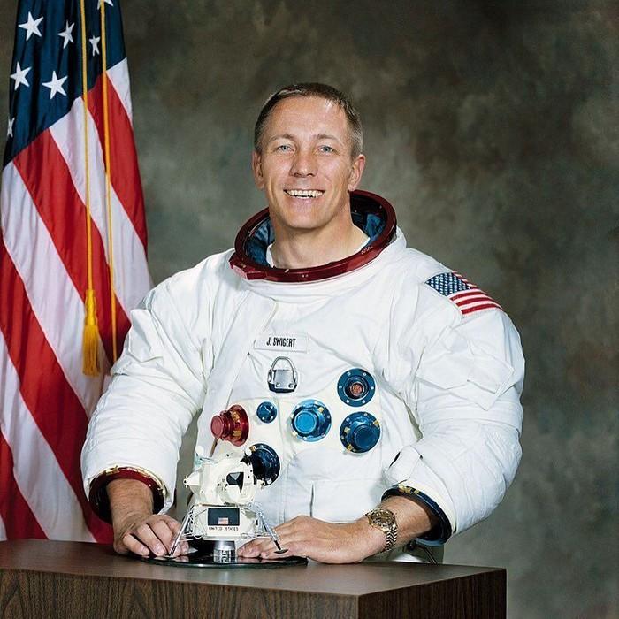 Salah satu dari 24 astronot yang pernah terbang ke bulan ini terpaksa harus mengakhiri hidupnya karena penyakit kanker tulang pada tahun 1982. Foto: instagram/bradyheywoodpod