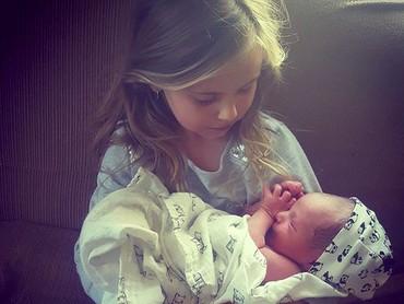 Aih, keibuan banget sih anak perempuan yang satu ini saat menggendong adik bayinya. (Foto: instagram/@marley.pepper)