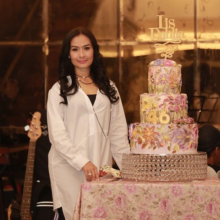 Ulang tahun Iis Dahlia yang ke-46 begitu meriah. Ia dihadiahi kue cantik bertema floral setinggi 4 tingkat. Cantik ya? Foto: Instagram @isdadahlia