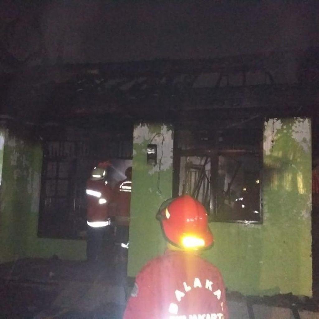 Anak Main Lilin Saat Mati Lampu, Satu Rumah di Jaktim Terbakar