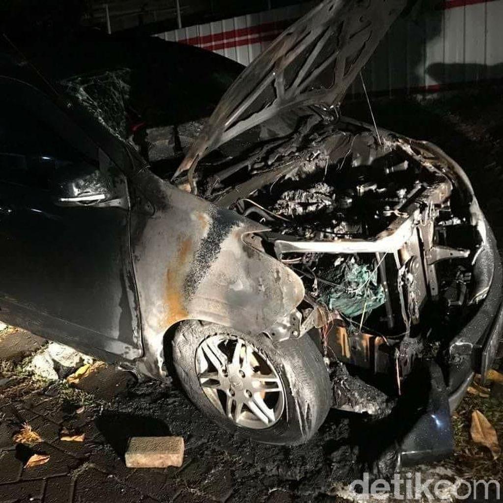 Mobil Neno Warisman Terbakar di Depan Rumah