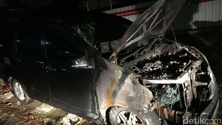Foto: Mobil Neno yang terbakar (ist)
