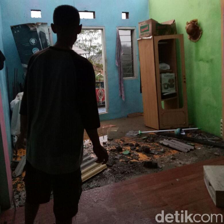 Hujan Es Disertai Angin Kencang Rusak Rumah di Bandung