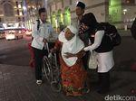 Petugas Haji RI Bantu Jemaah Tersesat hingga Sulit Aktifkan WA