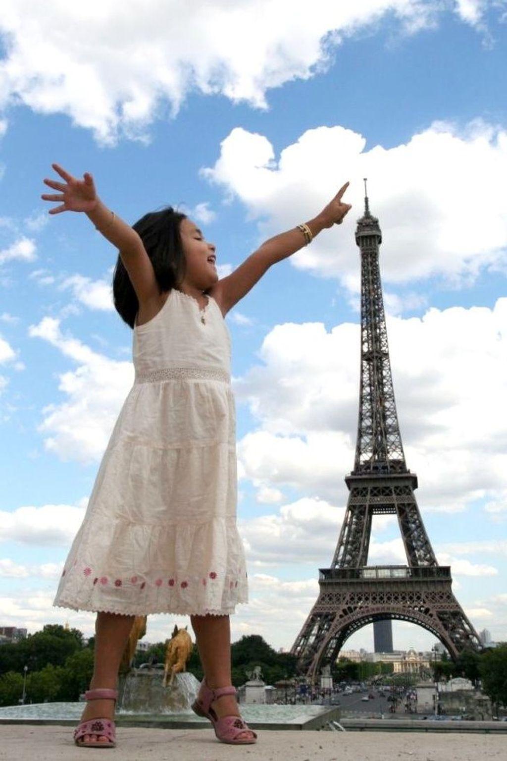 Menyentuh menara Eiffel di Paris. Foto: Istimewa