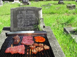 Hii.. Seram! Orang-orang Ini Gelar Pesta BBQ di Atas Batu Nisan Kuburan