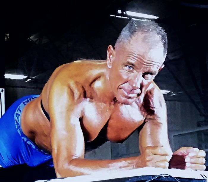 Pernah melakukan gerakan plank? Bertahan sampai berapa menit? Tapi kalau untuk Geroge Hood bukan hitungan menit, ia mampu melakukan plank hingga 9 jam lebih di suhu dingin. Juara! (Foto: Twitter/George E. Hood)