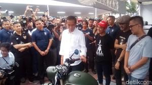 Foto: Jokowi Diajak Selfie dan Lirik Motor Gibran di Pameran Otomotif