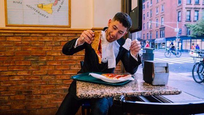 Nick Jonas kini tengah jadi sorotan karena menjalin hubungan spesial dengan Priyanka Chopra. Pria tampan ini rupanya hobi makan termasuk melahap pizza jumbo sebelum hadir di acara Met Gala. Foto: Instagram nickjonas
