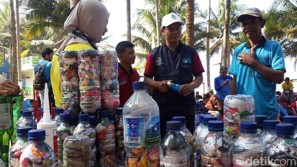 Keseruan Warga Pacitan Bikin Ecobrick dari Sampah Plastik di Pantai