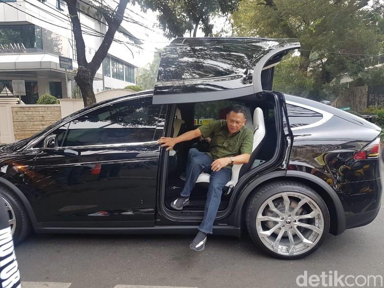 Bamsoet saat turun dari mobil listriknya, Tesla. Foto: Rangga Rahadiansyah