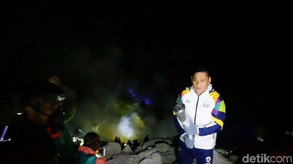 Pino Bahari Kawal Obor Asian Games 2018 di Kawah Ijen