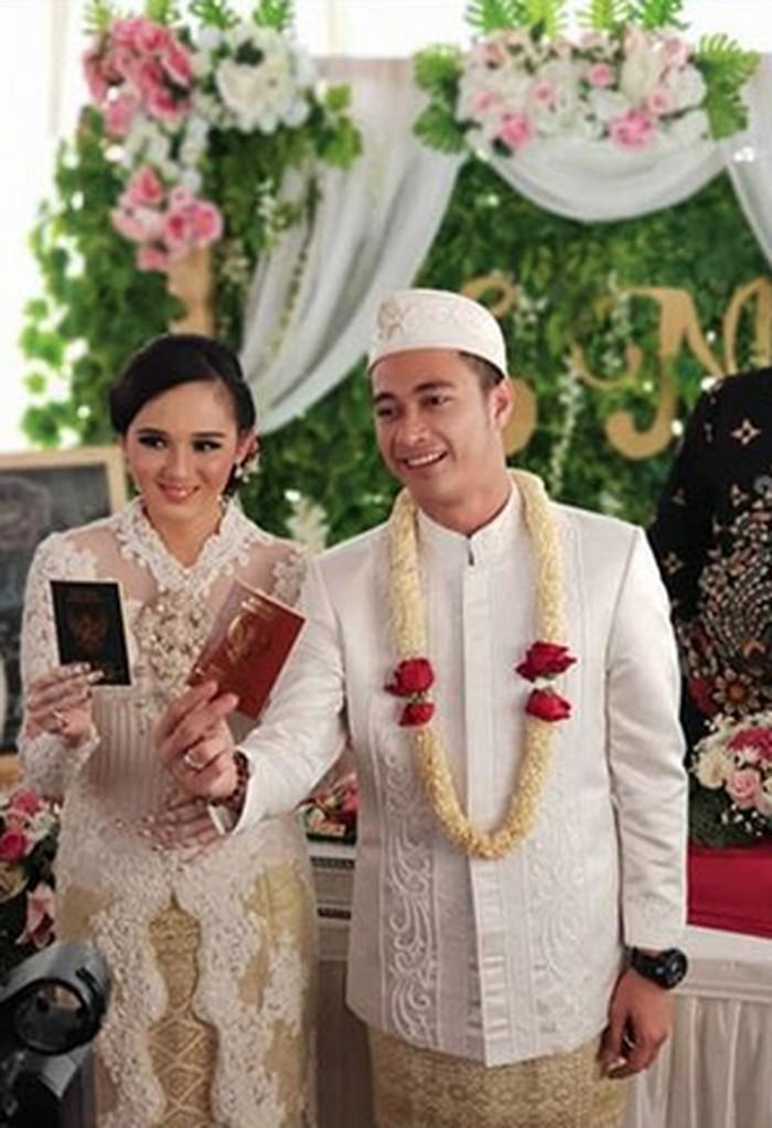 Baru-baru ini kabar pernikahan pesinetron Eza Gionino dengan pasangannya Meiza Aulia Coritha meruak usai beredarnya foto mereka yang memegang buku nikah. (Foto: Ist.)