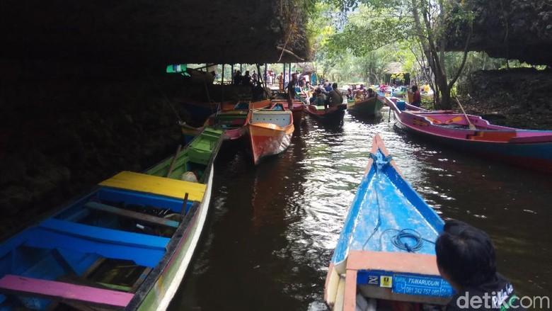 Transportasi menggunakan perahu jenis jolloro di karst Rammang-rammang di Maros (Moehammad Bakrie/detikTravel)