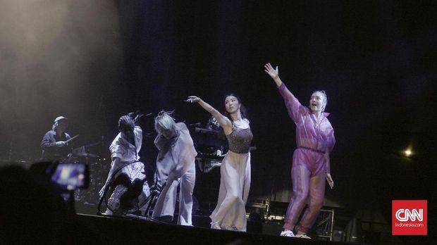 Lorde kompak bersama penari latarnya.