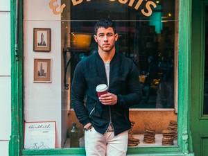 Tampannya Nick Jonas Saat Menikmati Kopi hingga Pizza Favoritnya