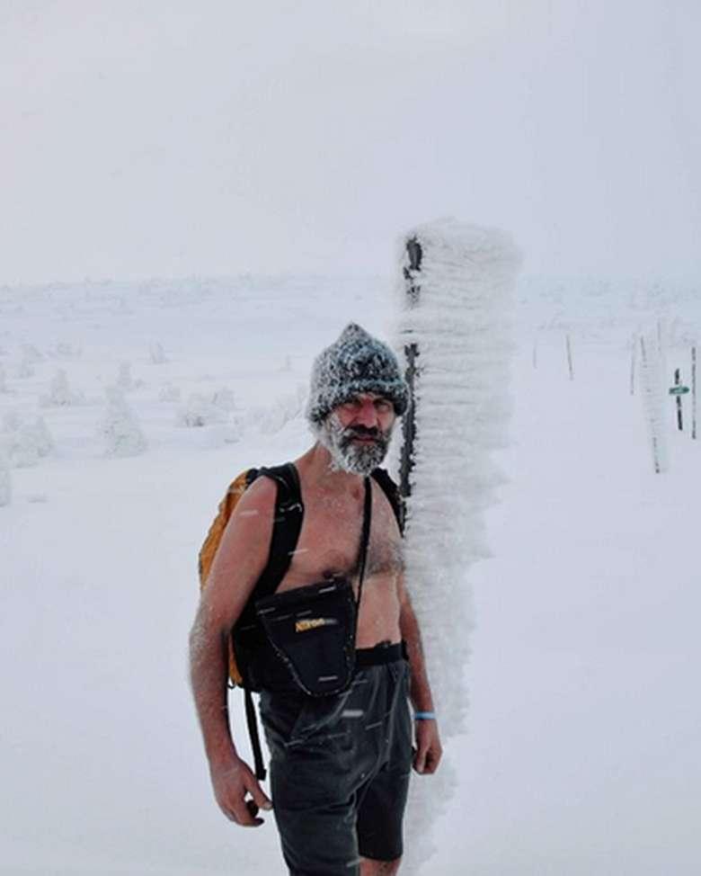 Wim Hof, seorang yang memegang sejumlah rekor dunia untuk tantangan ekstrem di suhi dingin. Beberapa tantangan yang pernah ia lakukan antara lain berdiri di atas es selama 2 jam, berenang di bawah lapisan es, dan mendaki Gunung Everest hanya dengan memakai celana pendek. (Foto: Instagram/iceman_hof)