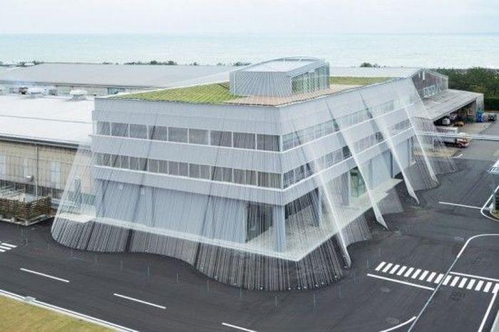Arsitrek Jepag, Kengo Kuma berhasil membuat sebuah gedung kantor anti gempa di Nomi Jepang. Gedung ini dilengkapi dengan tirai serat karbon yang membentang dari atap gedung hingga menembus bawah permukaan tanah. Istimewa/archpaper.com