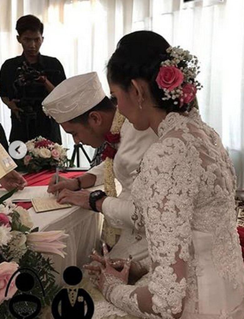 Eza Gionino tampak menandatangani buku nikahnya ditemani Meiza Aulia. Foto: Ist