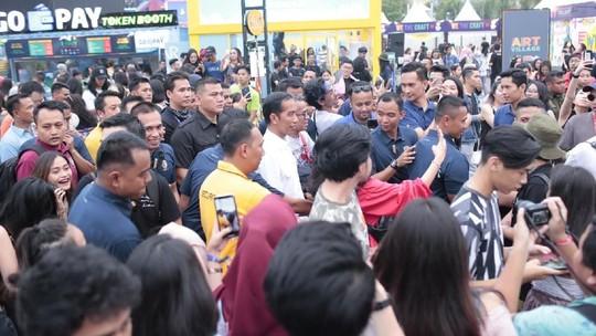 Nonton We The Fest 2018, Jokowi Jadi Rebutan Selfie