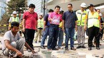 Gaya Anies Tinjau Revitalisasi Trotoar di Sudirman-Thamrin