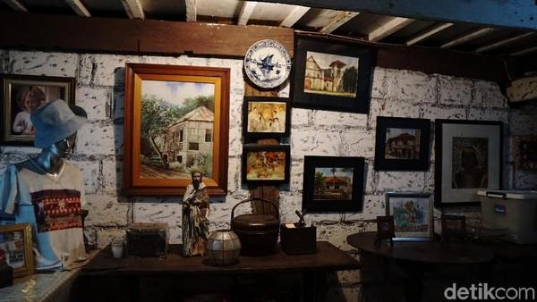 Rumah yang terdiri dari dua lantai ini juga berisi beragam karya seni klasik dan benda-benda antik. Serta juga ada foto-foto dari beberapa generasi leluhur yang menjaga rumah ini(Syanti/detikTravel)