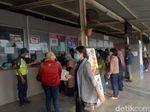 Ada 7 Loket Tiket Kertas di Stasiun Bekasi, Antrean Lancar