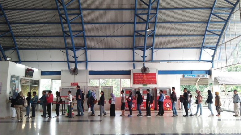 Vending Machine Belum Bisa Dipakai, Penumpang Beli Tiket di Loket