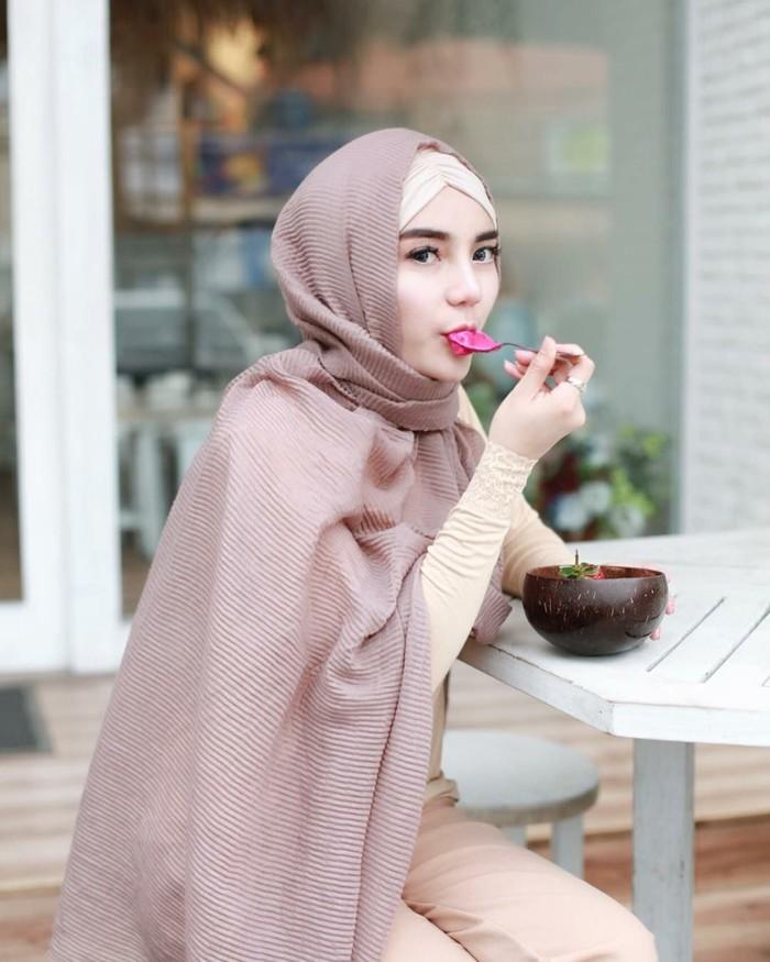 Tak hanya mantap berhijab, Nabilla Aprillya juga menjalankan pola hidup sehat. Saat menyantap smoothie bowl ini saja ia menuliskan, Makan makanan yang sehat jangan lupa minum air putih yang banyak yaa #sehatitumahal. Foto: Instagram bae_biiiiiii