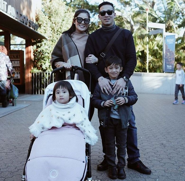 Menikah dengan Askara Parasady Harsono dan kini sudah mempunyai dua anak. Foto: Dok. Instagram/nindyparasadyharsono