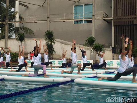 Komunitas Yoga Dogether mencoba floating yoga di acara Pristine8+ Floating Yoga.