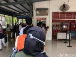 Di Stasiun Kalibata, Petugas Terus Informasikan Soal Tiket Kertas