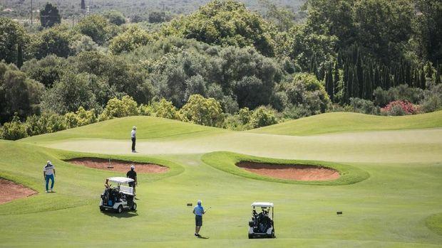 Resortnya punya area lapangan golf yang luas