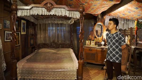 Sebagian besar properti rumah masih asli dan telah berusia sangat tua. Karena itulah setiap pengunjung yang berkeliling diminta untuk berhati-hati dan tidak sembarangan menyentuh benda-benda di dalam rumah (Syanti/detikTravel)