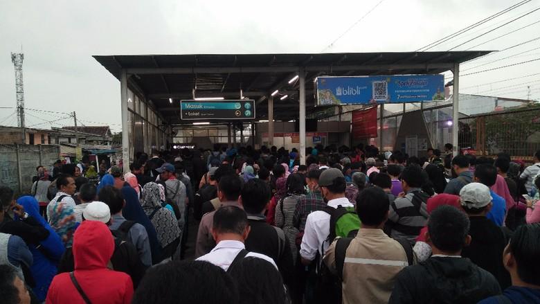 Berdesakan, Penumpang di Stasiun Bojonggede Antre Tiket 20 Menit